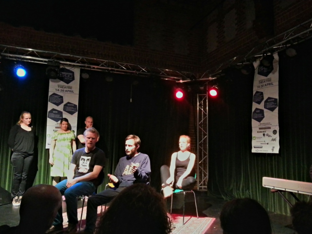 Show von Imprologen.dk mit vorn links sitzend Stefan Pagels Anderson, dem Initiator des Festivals